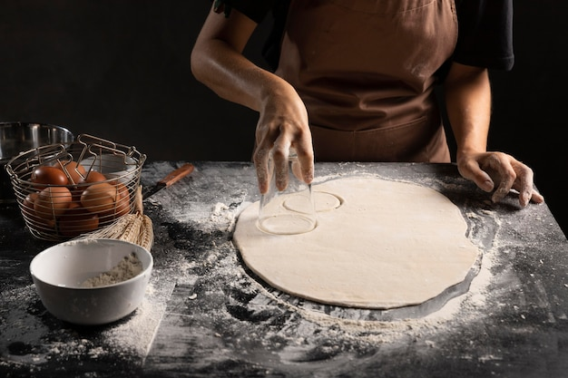 Chef di taglio cerchiata di pasta sul tavolo Foto Gratuite