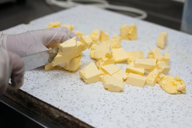 Шеф-повар нарезал несоленое масло кусочками. Бесплатные Фотографии