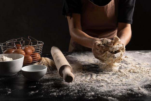 Chef prepara la pasta di pane sul tavolo Foto Gratuite