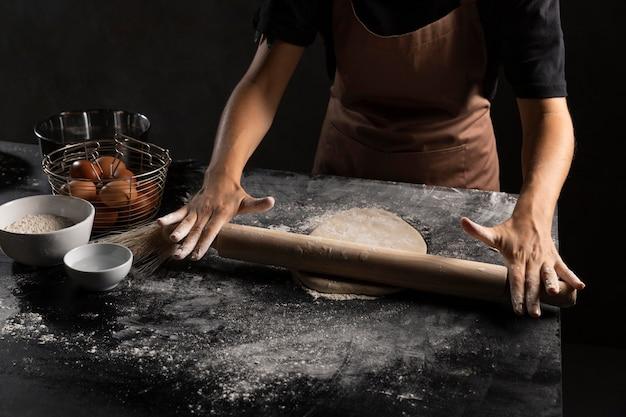 Chef stendendo la pasta nella tabella Foto Gratuite