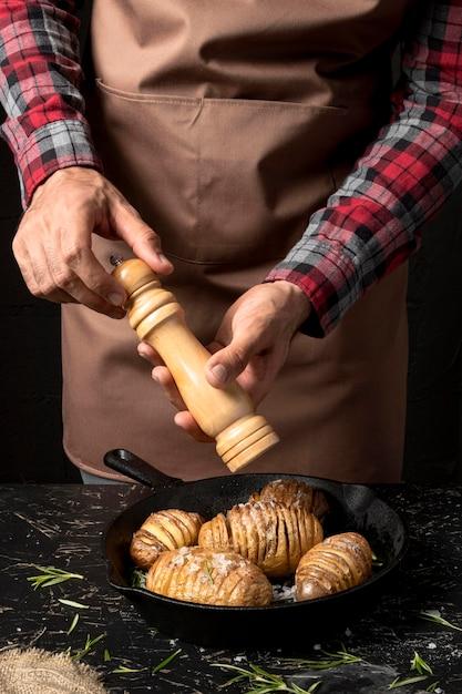 フライパンでジャガイモの調味料をシェフ 無料写真