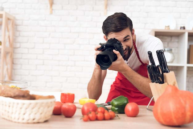 Chef shooting food ingredients for culinary podcast viewers. Premium Photo