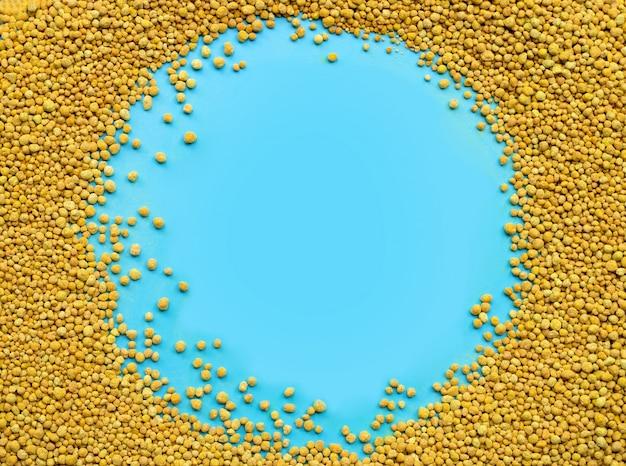 Химическое удобрение для посадки и плантации на синем фоне. Premium Фотографии