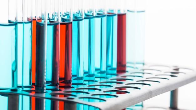 깨끗한 배경에 실험실에서 화학 성분 무료 사진