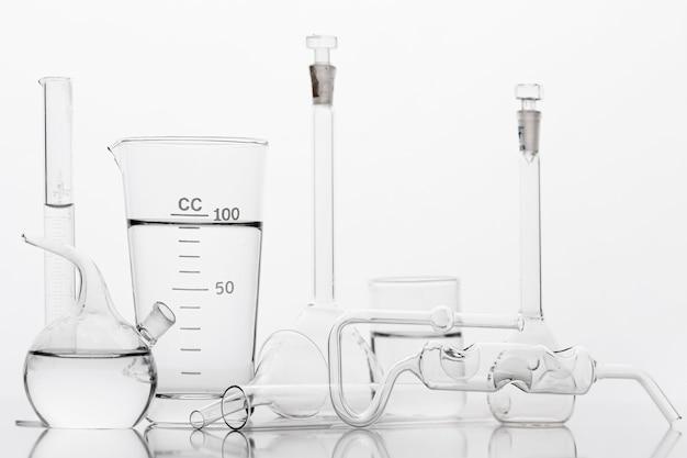 흰색 배경으로 실험실에서 화학 성분 프리미엄 사진