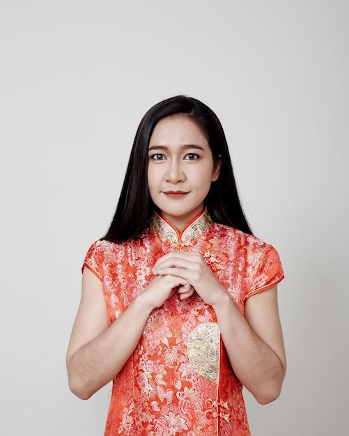 Азиатская женщина носить cheongsam в китайский новый год Premium Фотографии