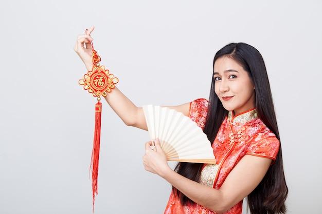 Азиатская женщина cheongsam нося Premium Фотографии