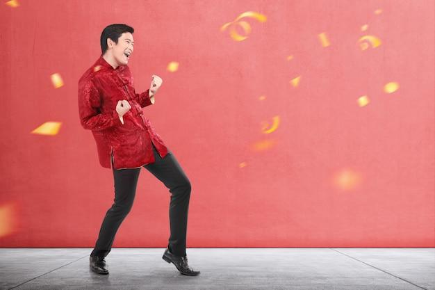 Азиатский китаец в платье cheongsam празднует китайский новый год Premium Фотографии