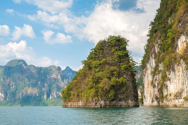 Озеро чео лан, национальный парк као сок в таиланде Premium Фотографии