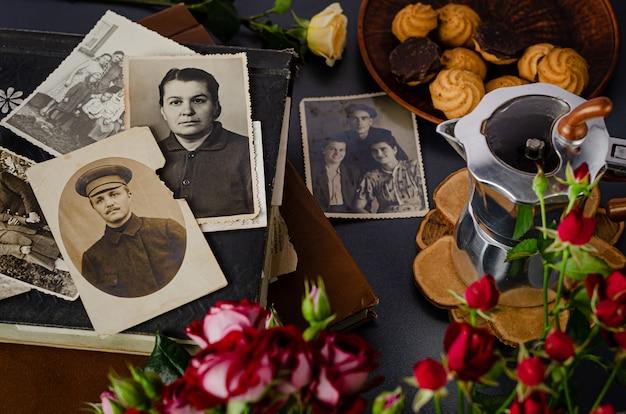 Черкассы / украина - 12 декабря 2019 года: винтажный фотоальбом с семейными фотографиями. концепция жизненных ценностей и поколений. Premium Фотографии