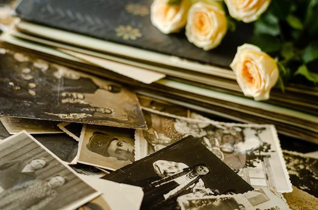 Черкассы / украина - 12 декабря 2019 г .: винтажный фотоальбом с семейными фотографиями Premium Фотографии