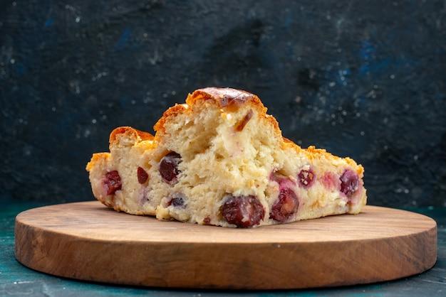 Вишневый пирог с сахарной пудрой и вишней внутри на темно-синем, кремовый фруктовый сладкий чай Бесплатные Фотографии