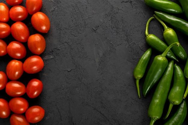 Помидоры черри красный свежий и зеленый острый перец на темном фоне Бесплатные Фотографии