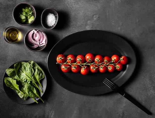 Pomodorini e verdure per insalata Foto Gratuite