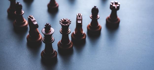 同僚のビジネスチームの概念とビジネスの成功の概念のためのチェスのボードゲーム Premium写真