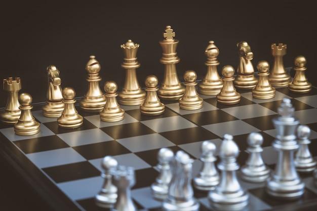 Шахматная игра, установите доску, ожидающую игры, как золотыми, так и серебряными фигурами Premium Фотографии