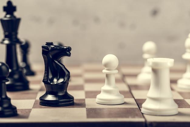 ボード上のチェスの駒はセレクティブフォーカスをぼかし Premium写真
