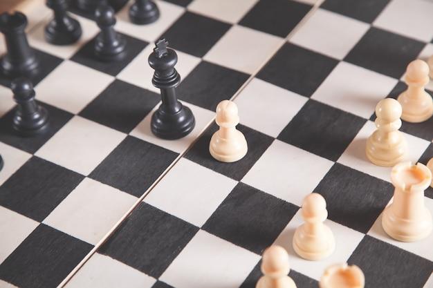 Шахматные фигуры на шахматной доске. игра в шахматы Premium Фотографии
