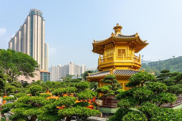 Chi lin nunnery近くのnan lian gardenにあるゴールデンパビリオンとゴールドブリッジ。 Premium写真