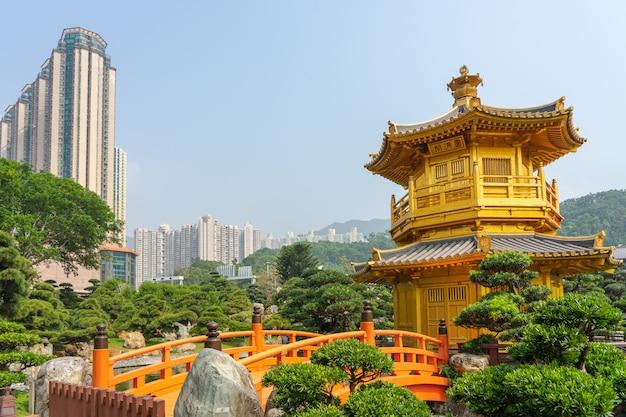 Chi lin nunnery近くのnan lian gardenにあるゴールデンパビリオンと金の橋。 Premium写真
