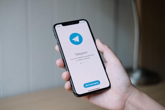 치앙마이, 태국, 2020 년 6 월 22 일 : 여자 손 화면에 소셜 네트워킹 서비스 전보와 아이폰 X를 잡고. Iphone 10은 Apple Inc.에서 개발하고 개발했습니다. 프리미엄 사진