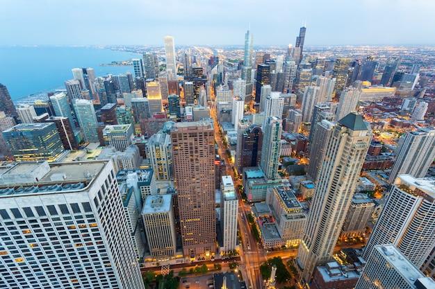 海岸のシカゴの街並み Premium写真