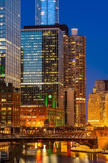 シカゴのダウンタウンの夜の夕日 Premium写真