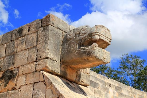 Chichen itza snake mayan ruins mexico yucatan Premium Photo