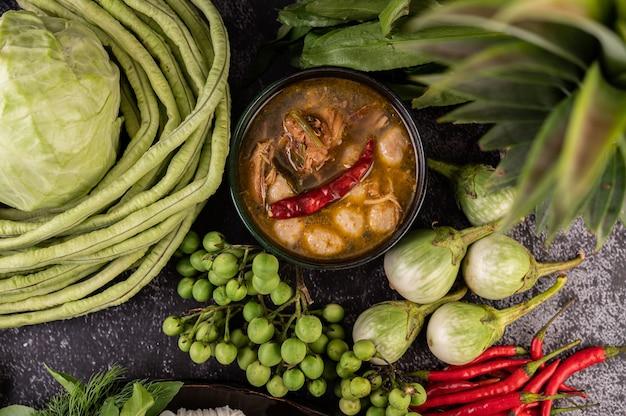 茄子、唐辛子、長豆、キャベツ、茄子のチキンとミートボールソース。 無料写真