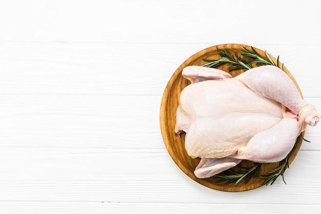 접시에 닭고기와 로즈마리 프리미엄 사진