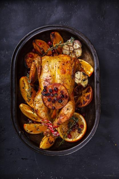 Курица запеченная. благодарственный ужин. Premium Фотографии