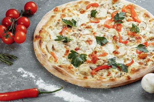 トマト、モッツァレラチーズ、ドルブルーチーズのチキンブルーピザ Premium写真