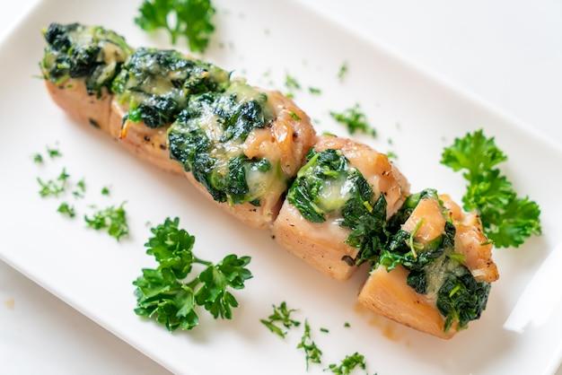 접시에 시금치와 치즈로 채워진 닭 가슴살 프리미엄 사진
