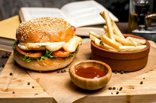 チキンバーガーフライドポテトレタストマトチーズケチャップ側面図 無料写真