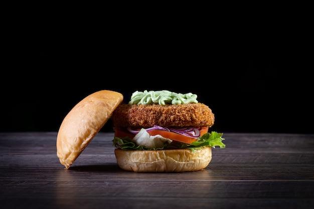 チキンバーガーとレタス、トマト、紫のタマネギ、手作りのマヨネーズ。おいしい。 Premium写真