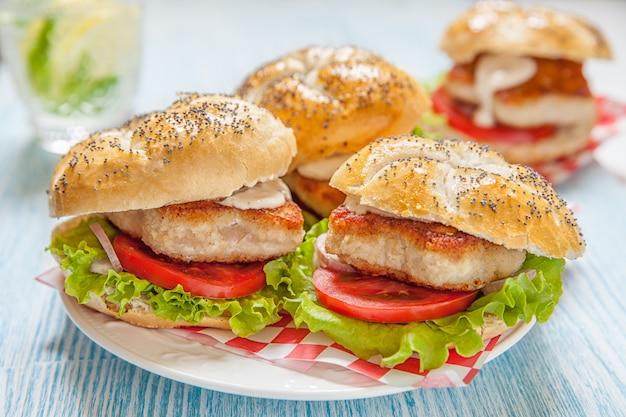 レタスとトマトのチキンバーガー Premium写真