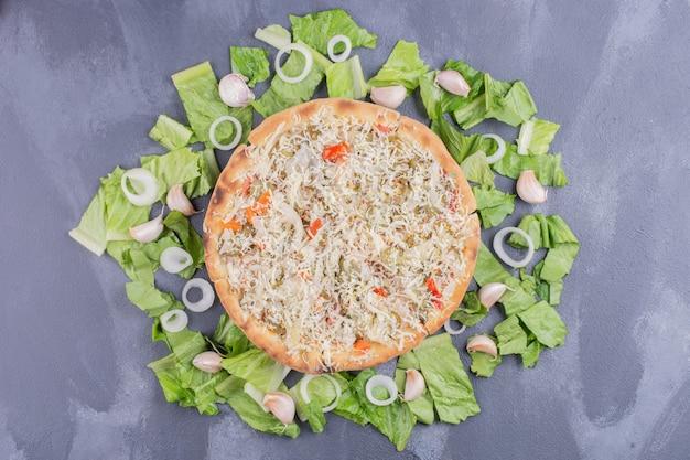 Куриная сырная пицца на синем со свежими овощами. Бесплатные Фотографии