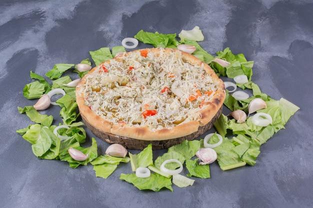 新鮮な野菜と青のチキンチーズピザ。 無料写真