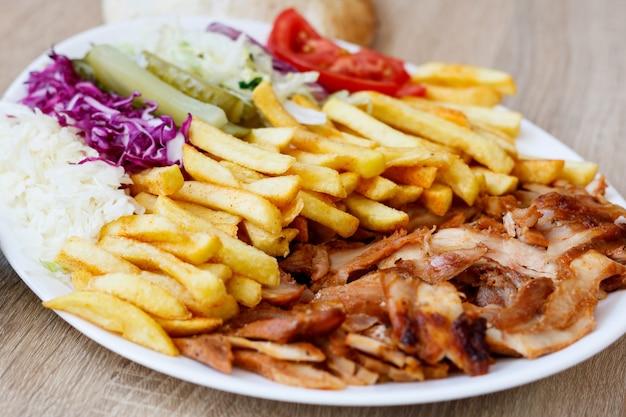 Куриный донер-кебаб и овощи Бесплатные Фотографии