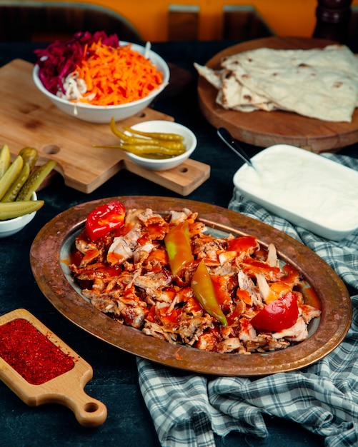 Chicken doner slices garnished with tomato sauce, pepper and fresh tomato Free Photo