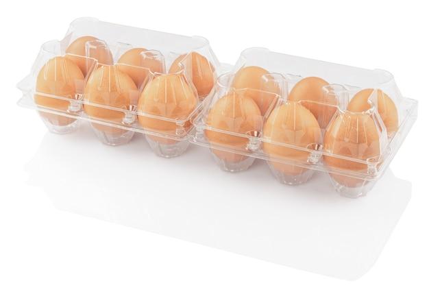 白い背景で隔離のプラスチック容器に鶏卵 Premium写真