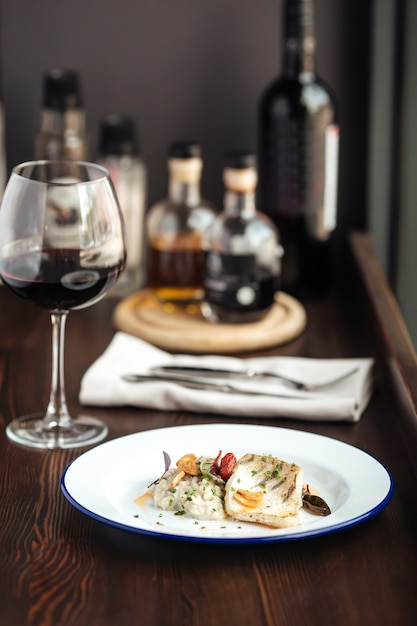 鶏ササミと赤ワインのグラスソース Premium写真