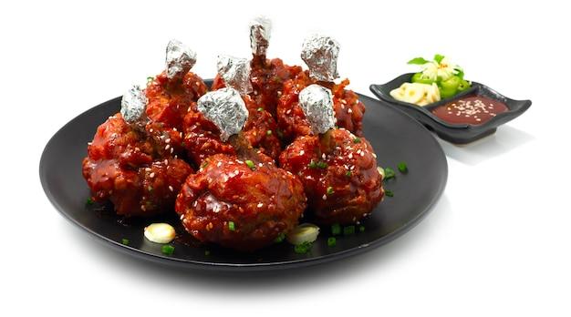 치킨 롤리팝 한식 스타일 딥 프라이드 소스 전채 요리 맛있는 맛있는 제공 고추장 소스 장식 마늘과 칠리 사이드 뷰 프리미엄 사진