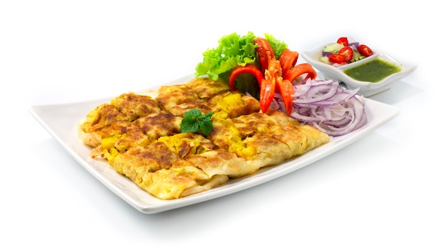 치킨 Murtabak 계란, 양파, 감자 및 다진 치킨 필링을 곁들인 정통 말레이시아의 유명한 플랫 브레드. 프리미엄 사진