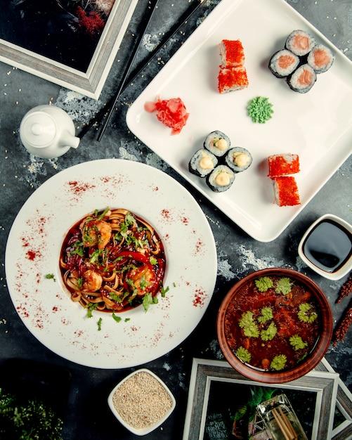 巻き寿司とテーブルの上のチキンヌードル 無料写真