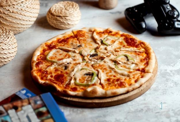 ピーマン、マッシュルーム、チーズ入りチキンピザ 無料写真