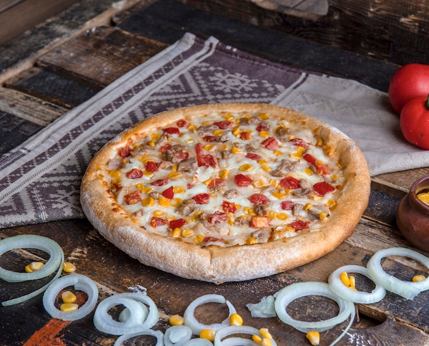 材料を混ぜたチキンピザ 無料写真