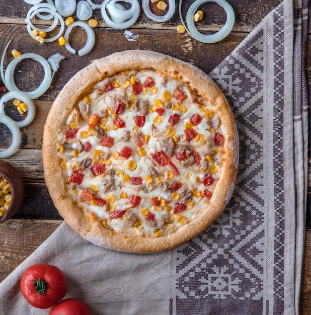 トマト、玉ねぎ、牧場ソースのチキンピザ 無料写真