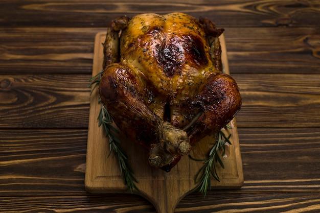 Pollo e rosmarino a bordo Foto Gratuite