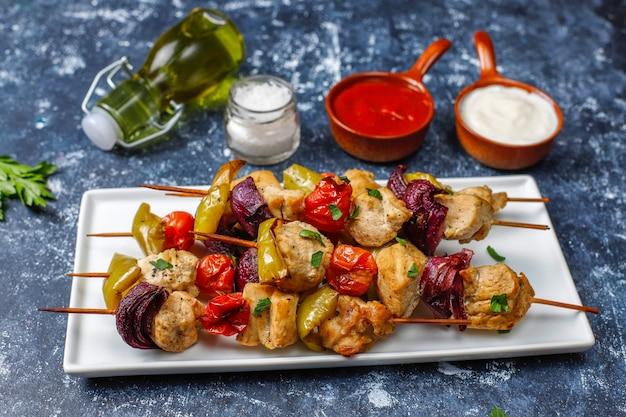 チキンシシカバブ、野菜、ケチャップ、マヨネーズ、トップビュー Premium写真